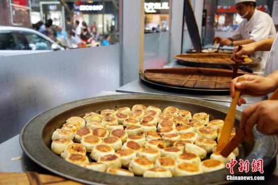 资料图:上海民众排队购买鲜肉月饼。汤彦俊 摄