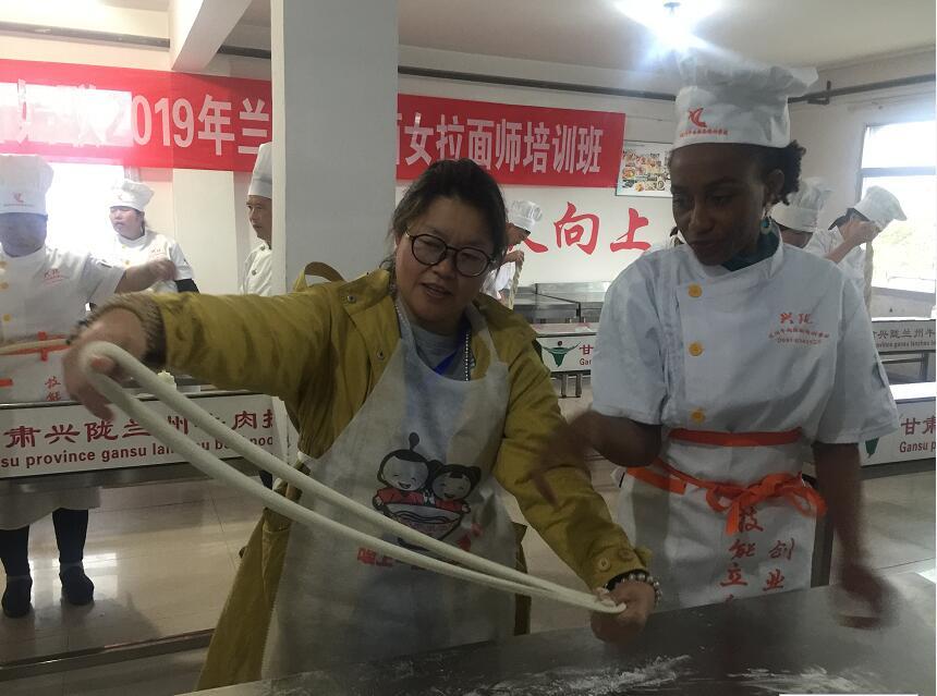 20余家世界主流华文媒体走进甘肃兴陇兰州牛肉拉面职业培训学校体验兰州牛肉面文化