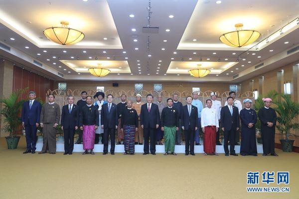 当地时间1月17日晚,国家主席习近平在内比都同缅甸主要政党领导人集体合影留念。 新华社记者 鞠鹏 摄