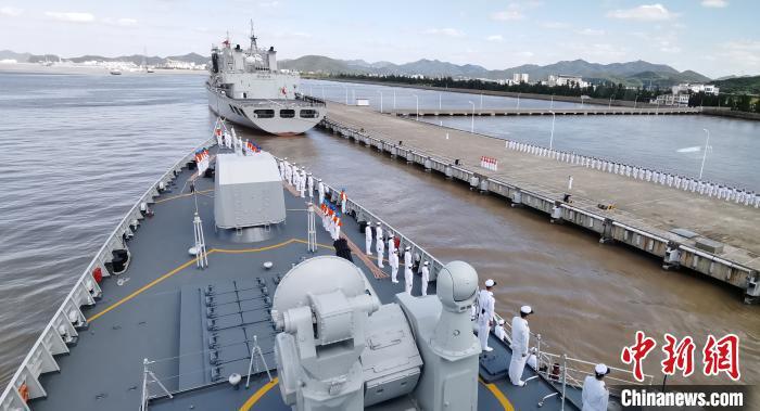 10月14日,海军第35批护航编队太原舰缓缓驶抵浙江舟山某军港码头时,官兵在甲板列队站坡。 江山 摄