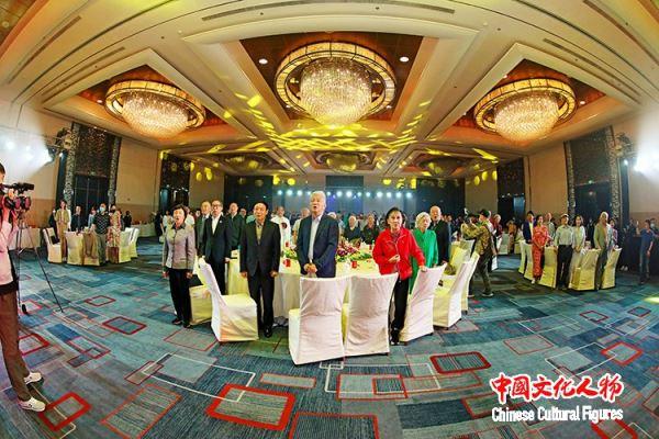广州新华学院向田华赠送苏绣传承人朱寿珍创作的田华肖像刺绣作品